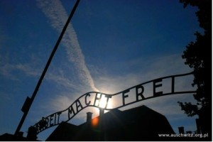 """Arbeit macht Frei(働けば自由になる)""と書かれたアウシュヴィッツ収容所の門。"